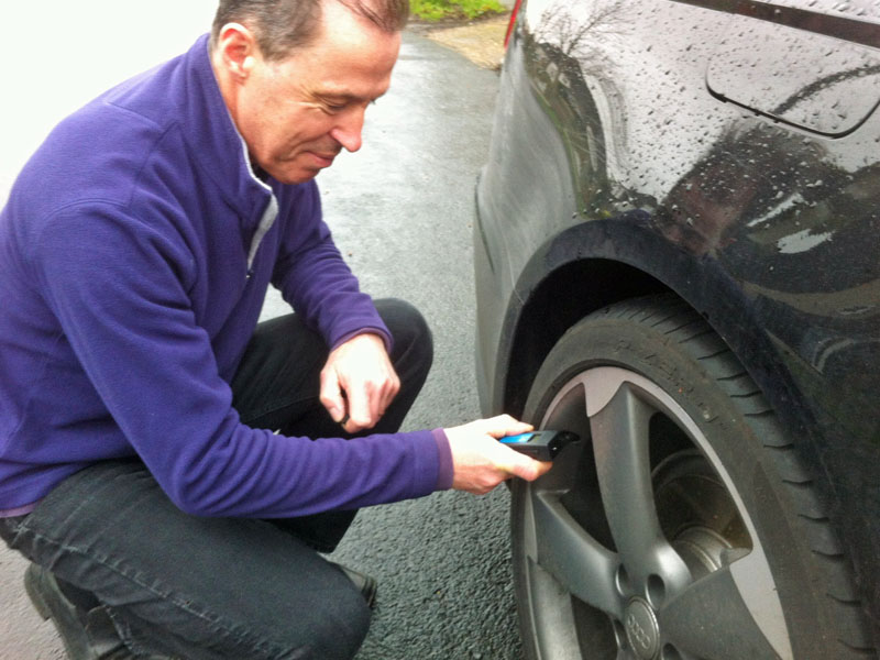 Checking tyre pressure LR
